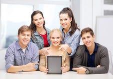 Uśmiechnięci ucznie z pustym pastylka komputeru osobistego ekranem obraz stock