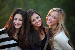 Uśmiechnięci wieki dojrzewania z pięknymi białymi zębami Fotografia Stock