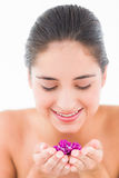Uśmiechnięta ładna brunetka z kwiatami Zdjęcia Stock