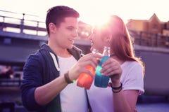 Uśmiechnięta ładna para ma świeżych napoje w szklanych butelkach obraz royalty free