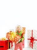 Uśmiechnięta śliczna chłopiec trzyma prezent Zdjęcia Royalty Free