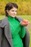 Uśmiechnięta śliczna kobieta gryźć dojrzałego jabłka obrazy stock