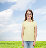 Uśmiechnięta śliczna mała dziewczynka w czarnych eyeglasses Zdjęcia Stock