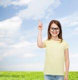 Uśmiechnięta śliczna mała dziewczynka w czarnych eyeglasses Fotografia Royalty Free