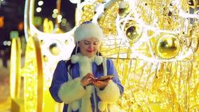 Uśmiechnięta Śnieżna dziewczyna komunikuje w gonu olśniewającym frachtem zbiory wideo