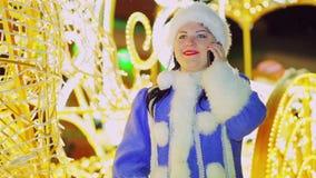 Uśmiechnięta Śnieżna dziewczyna opowiada na telefonie w frachcie Zakończenie zdjęcie wideo