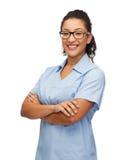Uśmiechnięta żeńska amerykanin afrykańskiego pochodzenia lekarka, pielęgniarka lub Obraz Stock