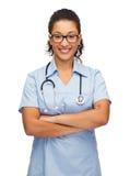 Uśmiechnięta żeńska amerykanin afrykańskiego pochodzenia lekarka, pielęgniarka lub Zdjęcia Stock