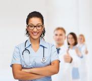 Uśmiechnięta żeńska amerykanin afrykańskiego pochodzenia lekarka, pielęgniarka lub Obraz Royalty Free