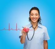 Uśmiechnięta żeńska amerykanin afrykańskiego pochodzenia lekarka, pielęgniarka lub Fotografia Stock