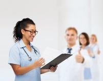 Uśmiechnięta żeńska amerykanin afrykańskiego pochodzenia lekarka, pielęgniarka lub Zdjęcie Royalty Free