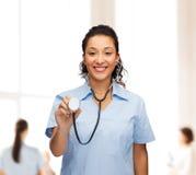 Uśmiechnięta żeńska amerykanin afrykańskiego pochodzenia lekarka, pielęgniarka lub Zdjęcie Stock
