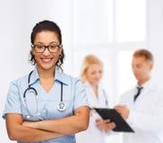 Uśmiechnięta żeńska amerykanin afrykańskiego pochodzenia lekarka, pielęgniarka lub Obrazy Stock