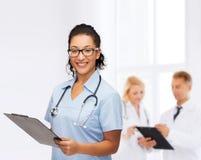 Uśmiechnięta żeńska amerykanin afrykańskiego pochodzenia lekarka, pielęgniarka lub Fotografia Royalty Free