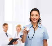 Uśmiechnięta żeńska amerykanin afrykańskiego pochodzenia lekarka, pielęgniarka lub Obrazy Royalty Free