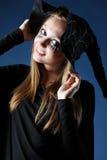 Uśmiechnięta żywy trup dziewczyna z czerni łzami i rżniętym gardłem w kapeluszu fotografia stock