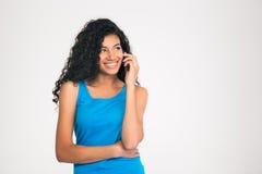 Uśmiechnięta afro amerykańska kobieta opowiada na telefonie Fotografia Stock