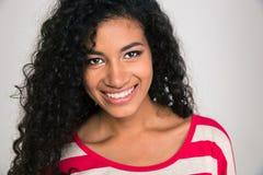 Uśmiechnięta afro amerykańska kobieta patrzeje camer Fotografia Royalty Free