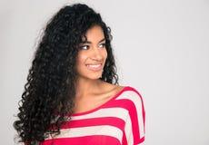 Uśmiechnięta afro amerykańska kobieta patrzeje daleko od Zdjęcie Royalty Free