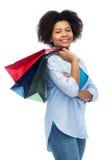 Uśmiechnięta afro amerykańska kobieta z torba na zakupy Zdjęcie Royalty Free