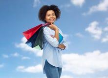 Uśmiechnięta afro amerykańska kobieta z torba na zakupy Zdjęcia Stock