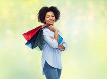 Uśmiechnięta afro amerykańska kobieta z torba na zakupy Obrazy Royalty Free