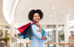 Uśmiechnięta afro amerykańska kobieta z torba na zakupy Zdjęcia Royalty Free