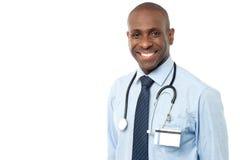 Uśmiechnięta afrykanin lekarka odizolowywająca na bielu Zdjęcie Stock