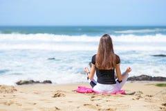 Uśmiechnięta aktywna młoda kobieta robi joga na plaży Obraz Royalty Free