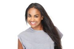 Uśmiechnięta amerykanin afrykańskiego pochodzenia kobieta zdjęcie stock