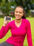Uśmiechnięta amerykanin afrykańskiego pochodzenia kobieta z smartphone Obrazy Stock