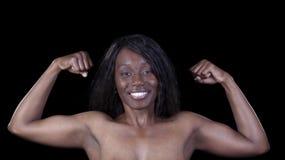 Uśmiechnięta amerykanin afrykańskiego pochodzenia kobiety kopii bicepsów poza fotografia royalty free
