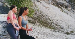 Uśmiechnięta atrakcyjna dwa młodej kobiety cieszy się czas wpólnie po środku natury po sport rutyny one zbiory wideo