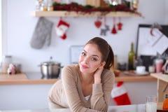 Uśmiechnięta atrakcyjna kobieta ma śniadanie w kuchennym wnętrzu Uśmiechnięta atrakcyjna kobieta Obrazy Royalty Free