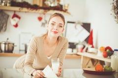 Uśmiechnięta atrakcyjna kobieta ma śniadanie w kuchennym wnętrzu Uśmiechnięta atrakcyjna kobieta Obrazy Stock