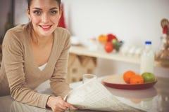 Uśmiechnięta atrakcyjna kobieta ma śniadanie w kuchennym wnętrzu Uśmiechnięta atrakcyjna kobieta Zdjęcia Stock