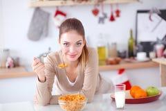 Uśmiechnięta atrakcyjna kobieta ma śniadanie w kuchennym wnętrzu Uśmiechnięta atrakcyjna kobieta Fotografia Stock