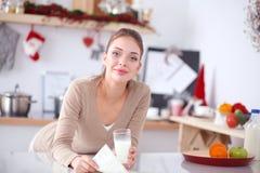 Uśmiechnięta atrakcyjna kobieta ma śniadanie w kuchennym wnętrzu Uśmiechnięta atrakcyjna kobieta Obraz Royalty Free