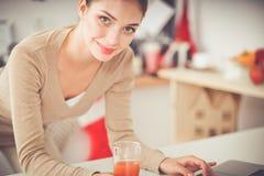 Uśmiechnięta atrakcyjna kobieta ma śniadanie w kuchennym wnętrzu Uśmiechnięta atrakcyjna kobieta Obraz Stock