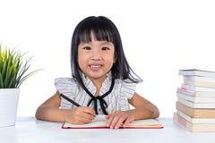Uśmiechnięta Azjatycka Chińska małego biura damy writing książka Zdjęcie Stock