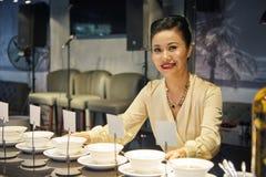 Uśmiechnięta Azjatycka kobieta bierze jedzenie od bufeta fotografia stock