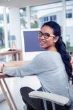 Uśmiechnięta Azjatycka kobieta używa cyfrowy deskowy przyglądającego z powrotem przy kamerą Fotografia Royalty Free