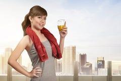 Uśmiechnięta azjatykcia kobieta pije zdrowego naturalnego sok dla zdrowego Obrazy Royalty Free