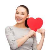 Uśmiechnięta azjatykcia kobieta z czerwonym sercem Zdjęcie Stock