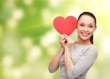 Uśmiechnięta azjatykcia kobieta z czerwonym sercem Zdjęcia Stock