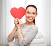 Uśmiechnięta azjatykcia kobieta z czerwonym sercem Zdjęcia Royalty Free