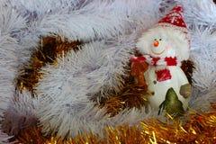 Uśmiechnięta bałwan postać w białej, żółtej świątecznej dekoraci jako i Obrazy Royalty Free