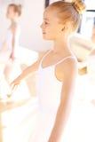 Uśmiechnięta Baletnicza dziewczyna Podczas tana szkolenia Zdjęcie Stock