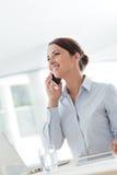 Uśmiechnięta biznesowa kobieta ma rozmowę telefonicza obraz royalty free