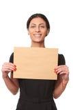 Uśmiechnięta biznesowa kobieta pokazuje kopertę Obraz Royalty Free